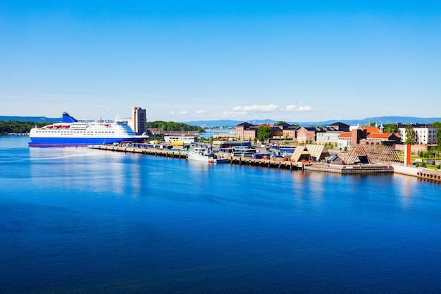 Panoramiczny widok na port lub port w oslo, norwegia.