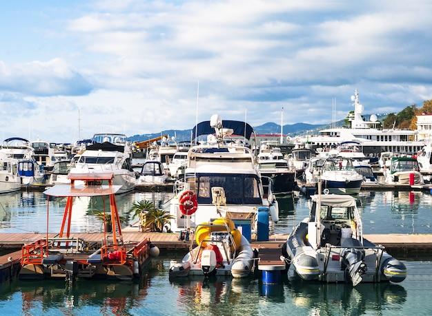 Panoramiczny widok na port morski lub port z zakotwiczonymi łodziami pasażerskimi i jachtami. statek morski