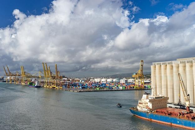 Panoramiczny widok na port w barcelonie. jest to jeden z najbardziej ruchliwych portów kontenerowych w europie