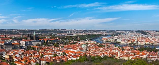 Panoramiczny widok na pragę z zamku praskiego