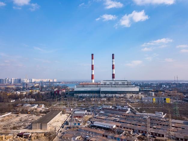 Panoramiczny widok na przedsiębiorstwo energetyczne w strefie przemysłowej na tle jasnego nieba. widok z lotu ptaka z drona, miasto kijów ukraina.