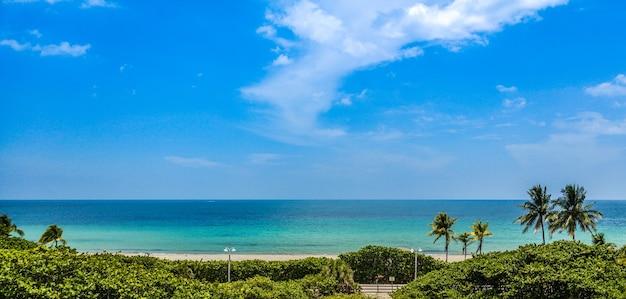 Panoramiczny widok na rajską plażę w miami z miejscem na kopię