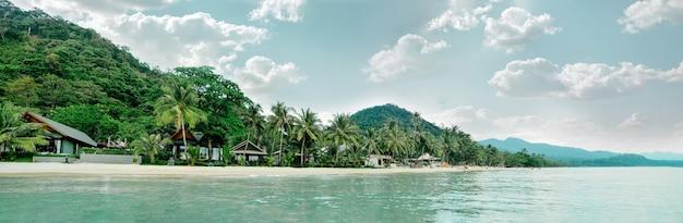 Panoramiczny widok na rajską tropikalną plażę tajlandii
