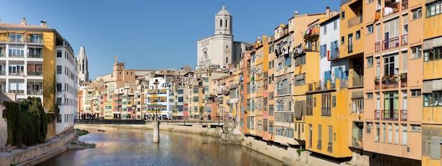 Panoramiczny widok na rzekę, która przepływa przez stare miasto girony