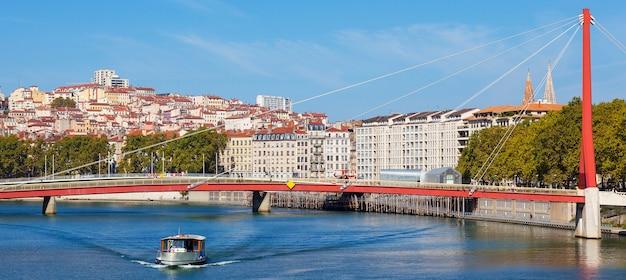 Panoramiczny widok na rzekę lyon i saone z łodzią, francja