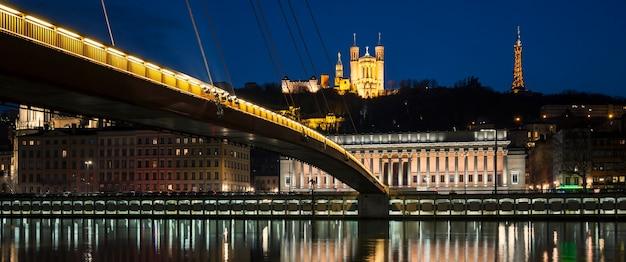 Panoramiczny widok na rzekę saone nocą, lyon.