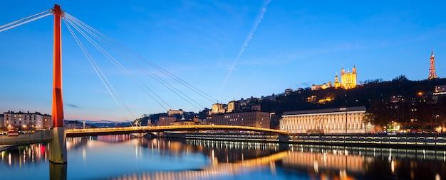 Panoramiczny widok na rzekę saone o zachodzie słońca, lyon, francja.