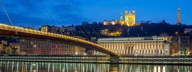 Panoramiczny widok na rzekę saone w lyonie nocą, francja