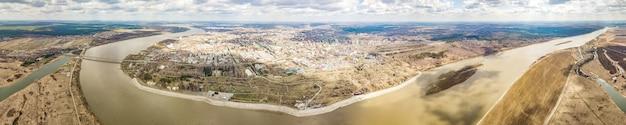 Panoramiczny widok na rzekę tom i miasto tomsk. wczesna wiosna na syberii. rosja.