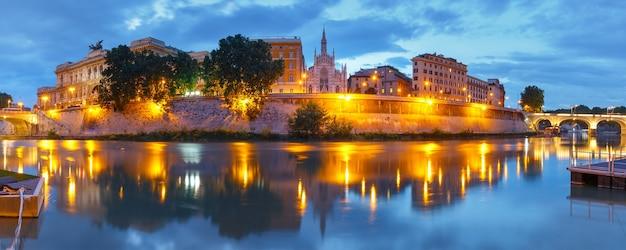 Panoramiczny widok na rzekę tyber z kościołem najświętszego serca jezusowego w prati i odbicie lustrzane podczas wieczornej niebieskiej godziny w rzymie, włochy
