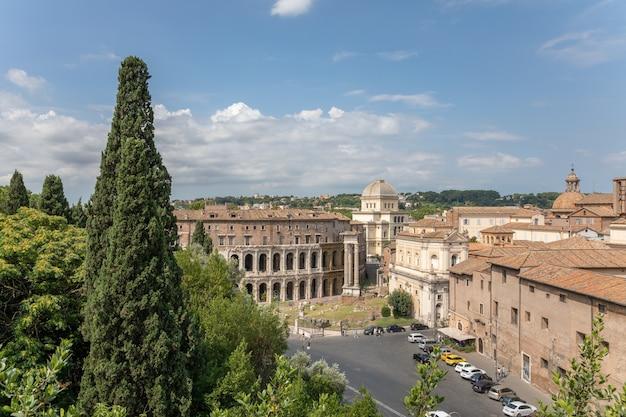 Panoramiczny widok na rzym z rzymskim forum i teatrem marcellusa (teatro marcello) to starożytny teatr na wolnym powietrzu w rzymie