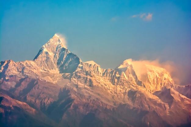 Panoramiczny widok na saragossa point machu picchu mountain, pokhara, nepal