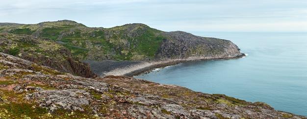 Panoramiczny widok na skaliste wybrzeże morza barentsa. półwysep kolski, arktyka