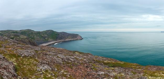 Panoramiczny widok na skalisty brzeg morza barentsa. półwysep kolski, arktyka. rosja.