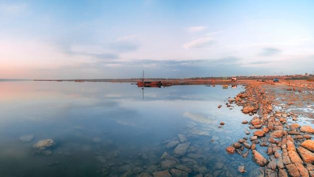 Panoramiczny widok na słone jezioro o zachodzie słońca