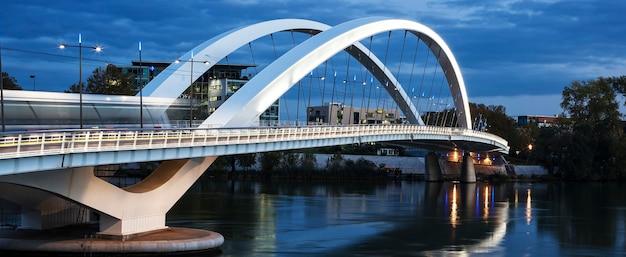 Panoramiczny widok na słynny most w lyonie we francji