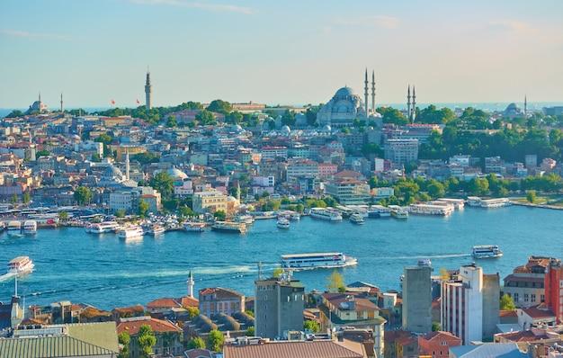 Panoramiczny widok na stambuł w letni wieczór, turcja