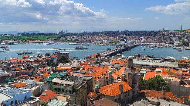Panoramiczny widok na stambuł z wieży galata. mosty, meczety i bosfor. stambuł, turcja.