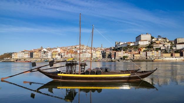Panoramiczny widok na stare miasto porto portugalia rebelo łódź na pierwszym planie