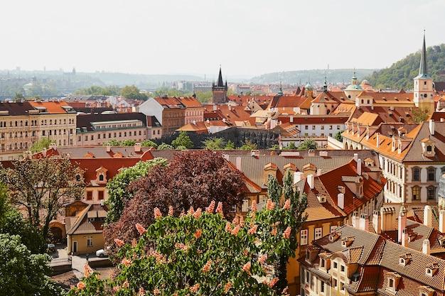 Panoramiczny widok na stare miasto z dachami w pradze