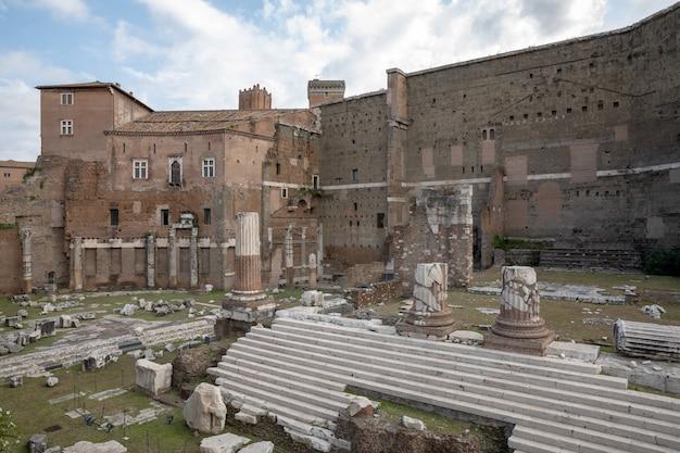 Panoramiczny widok na świątynię marsa ultora był starożytnym sanktuarium w starożytnym rzymie, a forum augusta jest jednym z cesarskich forów rzymu. letni dzień i błękitne niebo
