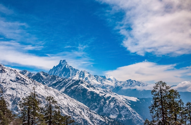 Panoramiczny widok na szczyt machapuchare. krajobraz górski nepalu