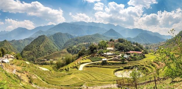 Panoramiczny widok na tarasowe pole ryżowe w sapa, lao cai, wietnam