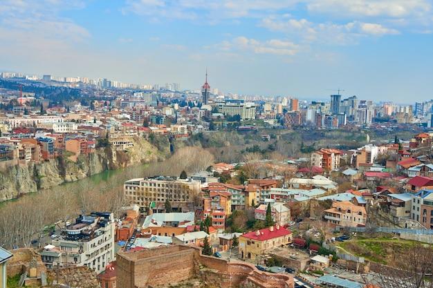 Panoramiczny widok na tbilisi, stolicę gruzji ze starym miastem i nowoczesną architekturą.