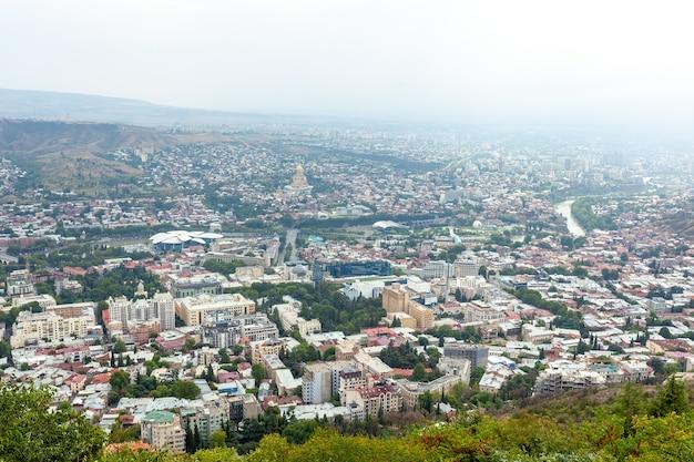 Panoramiczny widok na tbilisi z sameba, kościół świętej trójcy i inne zabytki. pejzaż miejski
