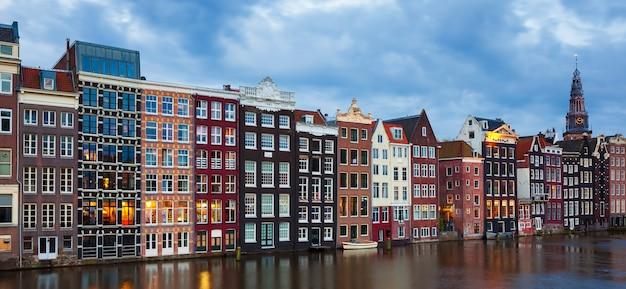 Panoramiczny widok na tradycyjne stare budynki w amsterdamie