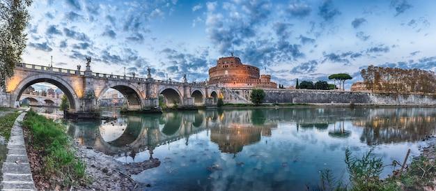 Panoramiczny widok na twierdzę castel santangelo w rzymie, włochy