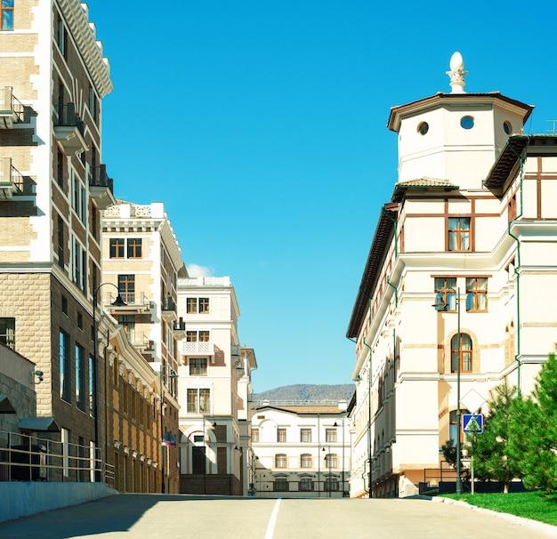 Panoramiczny widok na ulicę z domami na tle błękitnego nieba. klasyczny europejski styl w architekturze