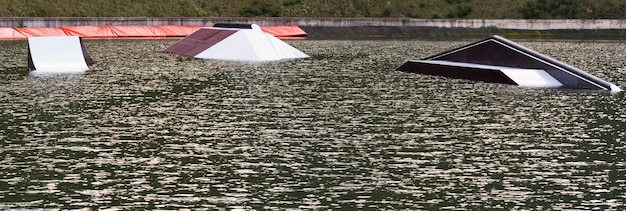 Panoramiczny widok na wakepark ze sprzętem do wykonywania trików na wodzie