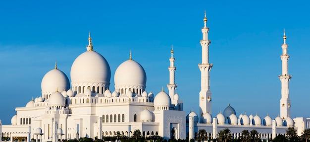 Panoramiczny widok na wielki meczet szejka zayeda, abu zabi, zjednoczone emiraty arabskie
