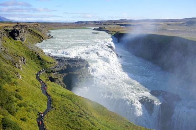 Panoramiczny widok na wodospad gullfoss na rzece hvta, popularną atrakcję turystyczną i część szlaku turystycznego golden circle w południowo-zachodniej islandii.