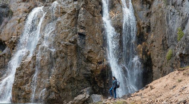 Panoramiczny widok na wodospad
