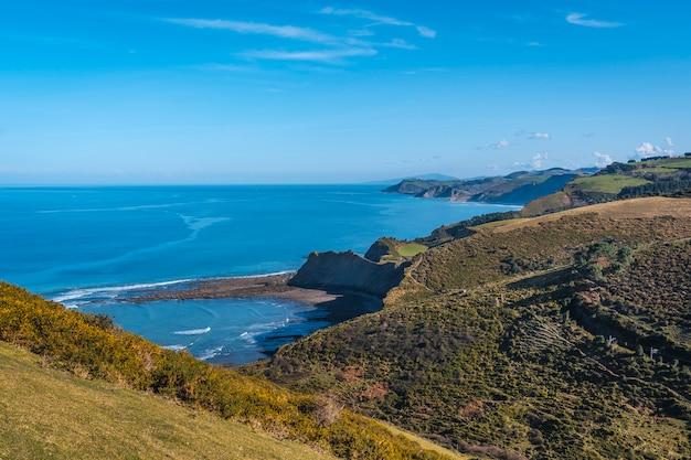 Panoramiczny widok na wybrzeże od deba do zumaia. kraj basków