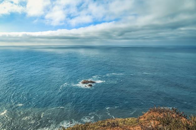 Panoramiczny widok na wybrzeże w cabo da roca, dystrykt lizbona, portugalia.