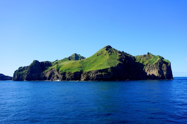 Panoramiczny widok na wyspę ellidaey w archipelagu vestmannaeyjar, islandia.