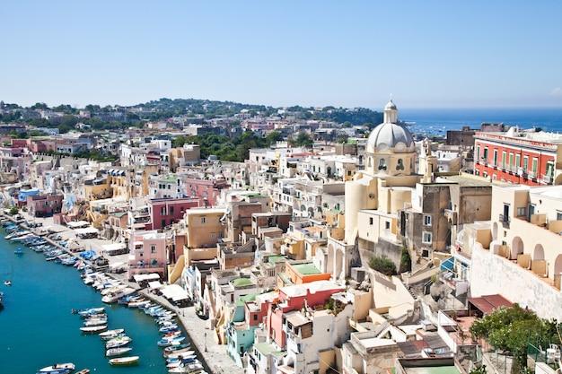 Panoramiczny widok na wyspę procida w zatoce neapolitańskiej, włochy