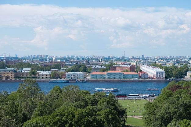 Panoramiczny widok na wyspę wasiljewski i rzekę newę w sankt petersburgu