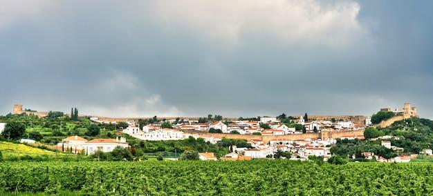 Panoramiczny widok na zabytkową wioskę obidos w portugalii - dramatyczne niebo