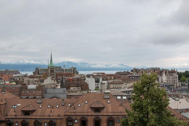 Panoramiczny widok na zabytkowe centrum lozanny, szwajcaria, europa. letni krajobraz, słoneczna pogoda, dramatyczne błękitne niebo i słoneczny dzień