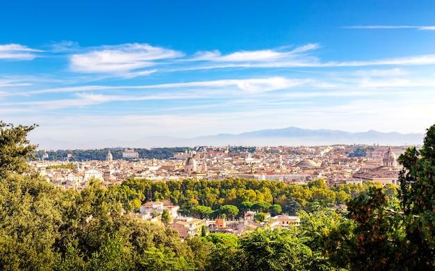 Panoramiczny widok na zabytkowe centrum rzymu we włoszech ze wzgórza gianicolo w słoneczny letni dzień.