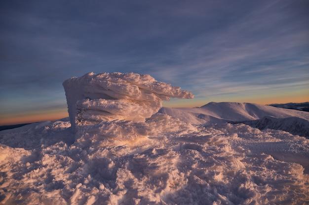 Panoramiczny widok na zachód słońca w górach zimą. zimowy krajobraz. karpackie góry