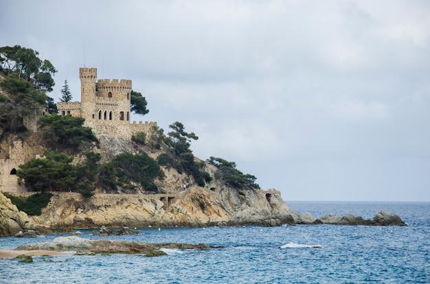 Panoramiczny widok na zamek lloret de mar o zachodzie słońca. antyczny forteca w lloret de mar, hiszpania. zamek sant joan na costa brava.