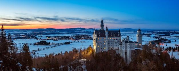 Panoramiczny widok na zamek neuschwanstein, niemcy