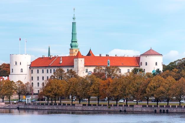 Panoramiczny widok na zamek w rydze lub pils w rydze, znany jako oficjalna rezydencja prezydenta łotwy