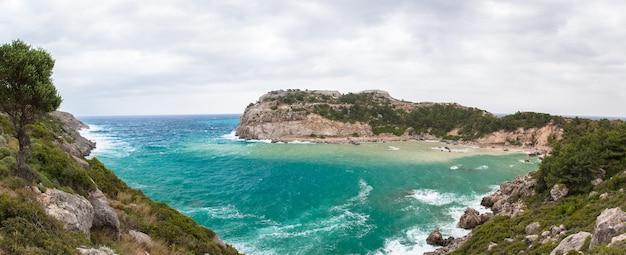 Panoramiczny widok na zatokę anthony'ego quinna na wyspie rodos
