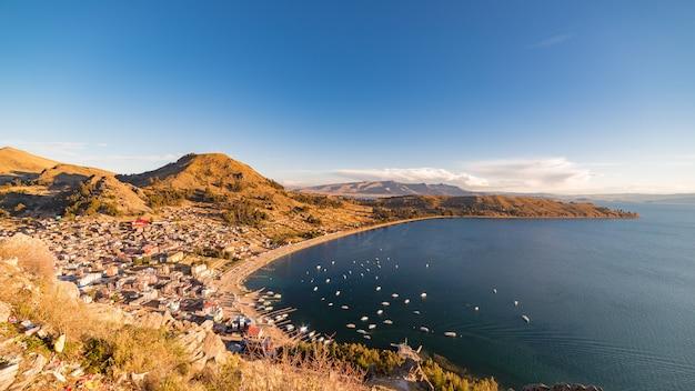 Panoramiczny widok na zatokę copacabana na jeziorze titicaca od szczytu